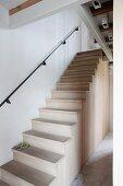 Treppe aus Holz ohne absturzsicherndes Geländer