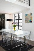 Moderner Essplatz mit weissem Tisch und Schalenstühlen aus Drahtgitter und Acrylglas