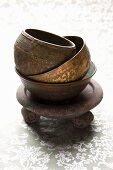Gestapelte Schalen aus Keramik und Metall, geeignet zum Räuchern
