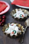 Sugar cubes decorated with Christmas motifs in tart tins
