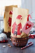 Paper gift bags with Father Christmas motifs in jelly moulds