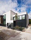 Zeitgenössisches Haus mit schwarzen und weissen Fronten