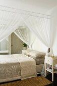 Elegantes Himmelbett mit Tagesdecke und luftigem Baldachin