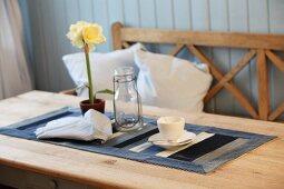 Kaffeetasse und Blumentopf auf selbstgenähtem Tischläufer
