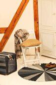 Selbstgenähter runder Teppich und Sitzwürfel aus Jeansstoff