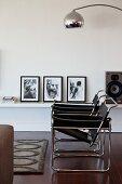 Zwei Wassily Stühle im Wohnraum vor Wandbord mit Schwarzweiss-Fotografien
