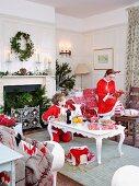 Kinder mit Nikolaus-Anzügen in weihnachtlich dekoriertem Wohnzimmer