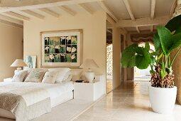 Gemälde über französischem Bett in elegantem offenem Schlafzimmer mit Holzdecke