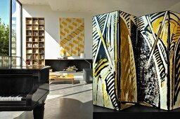 Paravent im Aufenthaltsraum mit zeitgenössischer Kunst, Bücherregal und Klavier (Kunstgalerie Eric Linard, Frankreich)