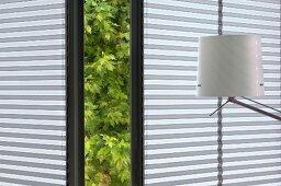 Geöffnetes Fenster mit Gartenblick und moderne Lampe (Kunstgalerie Eric Linard, Frankreich)