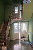 Treppenhaus mit grünen Wänden & Treppe mit altem Holzgeländer