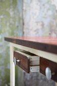 Vintage Holztisch mit aufgezogener Schublade