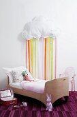 Kinderzimmer mit Kinderbett & Wolke mit Bändern als Wanddeko