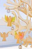 Selbst gebastelte Engelsfiguren aus Papier auf stilisiertem Weihnachtsbaum