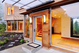 Eingangsbereich eines Holzhauses mit Glasfront