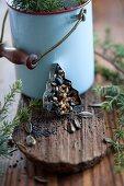 Ausstechförmchen gefüllt mit Vogelfutter vor Emailletopf