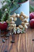 Selbstgemachter Kranz aus Erdnüssen als Vogelfutter