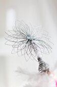 Stilisierter Silberstern auf einem weissen künstlichen Christbaum