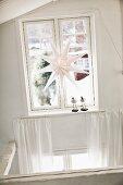 weiße Papierstern-Leuchte als Fensterdeko