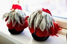 Wichtel-Figuren aus Wolle und Filz auf Fensterbrett