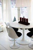 Tulip-Stühle an rundem Tisch mit Adventskerzen im Erkerbereich
