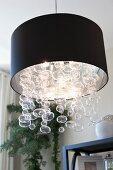 Moderne Pendelleuchte mit schwarzem Lampenschirm & Glaskristallen