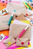 Selbstgemachte Briefumschläge aus Packpapier