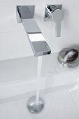 Fliessendes Wasser aus Wandarmatur mit kantigem Design