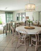 h ngeleuchte ber essplatz runder weisser tisch und hellgrau lackierte thonetst hle im. Black Bedroom Furniture Sets. Home Design Ideas