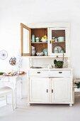 Küche im Landhausstil mit Küchenzubehör in weisser Anrichte