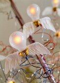 Detail der Designer Hängeleuchte Birds Birds Birds mit Engelsflügeln an Glühbirnen