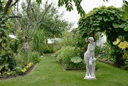 Vintage Steinfigur in antik griechischem Stil im Garten