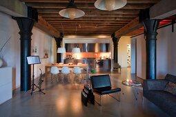 Offener Wohnraum mit Designklassikern in einer Loftwohnung im Industriestil