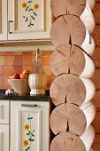 Trennwand aus Massivholz neben Küchenzeile