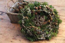 DIY-Weihnachtskranz mit Nadelbaumzweigen und Lärchenzapfen