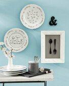 DIY Tellerbilder - Wanddeko für die Küche mit bemalten Tellern und geschwärzten Löffeln hinter Glas