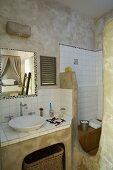 Mit ungebrannter Umbra marmorierte Wände, weisse Fliesen und organisch geformte Wandelemente mit mattgrüner Patina in provenzalischem Badezimmer