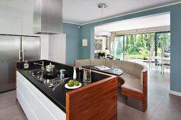 Küchenblock mit sitzbank  Sitzbank mit gebogener Holzwand und freistehende Theke mit ...
