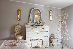 Klassisch modernes Boudoir, weisse Schminkkommode vor pastellfarbener Wand, Vintage Schneiderpuppe aus filigranem Metallgestell