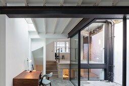 Homeoffice in Anbau mit verglastem Innenhof