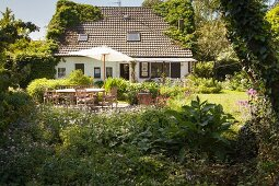 Wohnhaus mit Terrasse und Garten