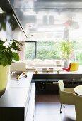 Moderne Wohnlandschaft mit Panoramafenster in Luxuswohnung
