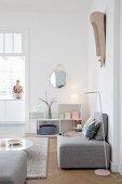 Graue Sofaelemente im Wohnzimmer mit Blick zur Küche