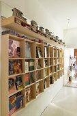 Selbstgebautes Regal aus Holz für Bücher, oberhalb auf Ablage Toaster Sammlung