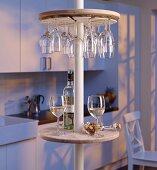 Runde Minibar mit Gläserhalterung an Teleskopstange in der Küche
