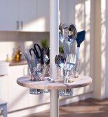 Runde Minibar mit Besteckhalterung an Teleskopstange in der Küche