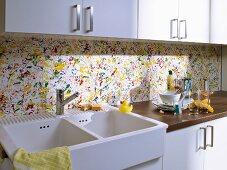 Bunter Spritzschutz für die Küche mit Farbsprenkeln