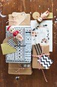 Originell verpackte Geschenke dekoriert mit selbstgemachten Geschenkanhängern & Figuren