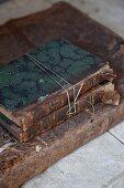 Antiquarische Bücher gestapelt