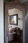 Antiker Kleiderschrankes mit Schnitzereien und Spiegeltür